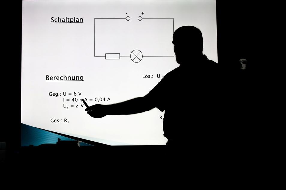Digitalangebot im Unterricht: Hier erklärt ein Lehrer an einer elektronischen Tafel.