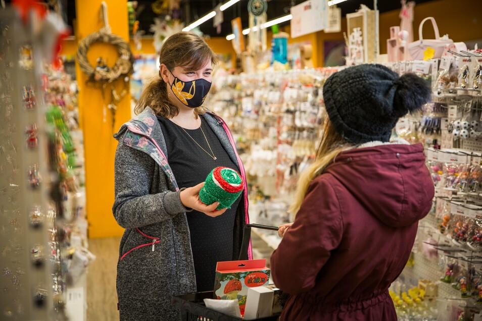 """Im """"Das kreative Hobby"""" in der Altmarktgalerie verkauft Tizia Schwenke mehr Bastelmaterial als sonst."""
