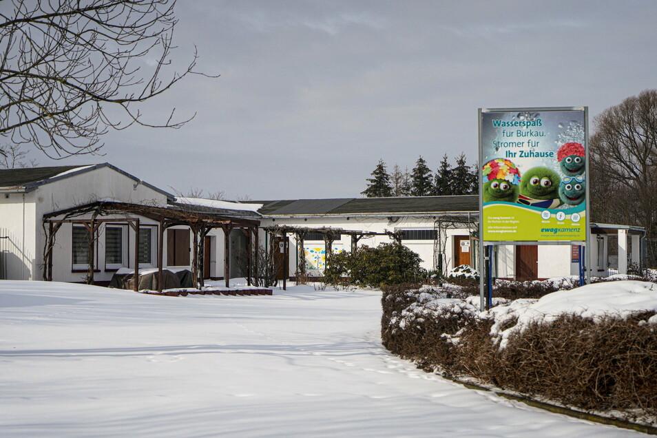 Im Mai könnte das Freibad in Burkau eröffnet werden. Bis dahin soll Dach des Sozialgebäudes erneuert werden.