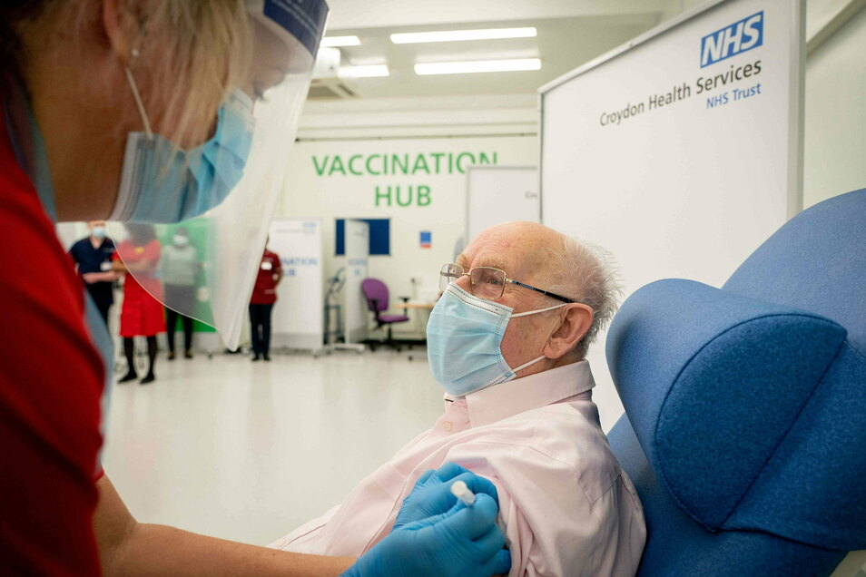 In Großbritannien geht es nach dem Alter: Über-80-Jährige zuerst. Die, für die eine Infektion Lebensgefahr bedeutet.