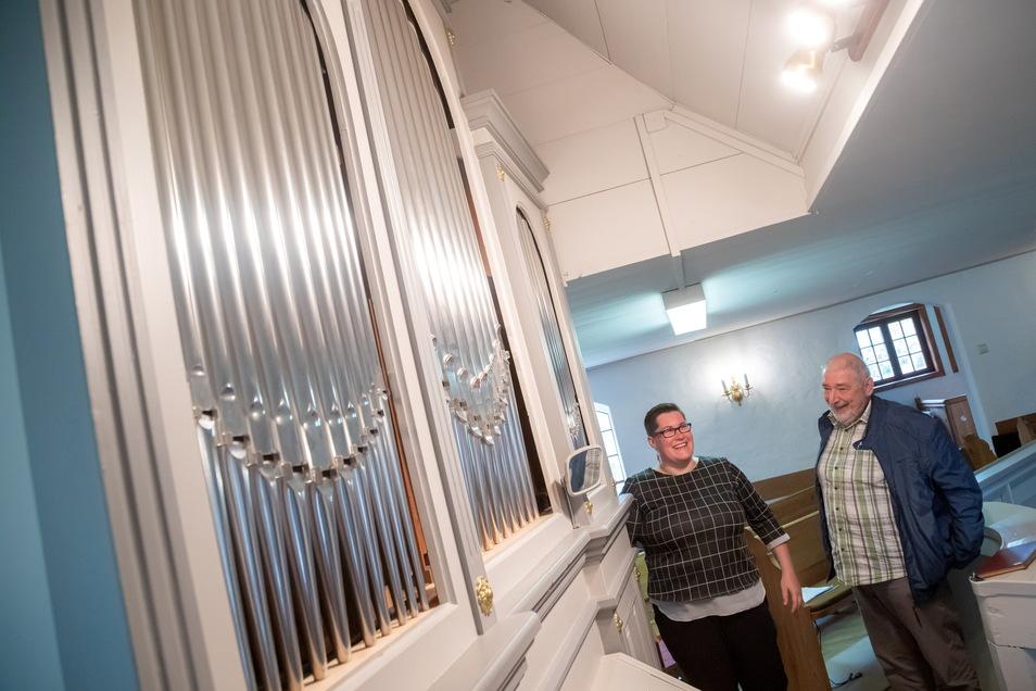 Pfarrerin Katharina Ende und Pfarrer i.R. Hans-Christian Doehring vor der restaurierten Orgel in der Dorfkirche Kosel. Doehring hat sich maßgeblich für eine Restaurierung stark gemacht.