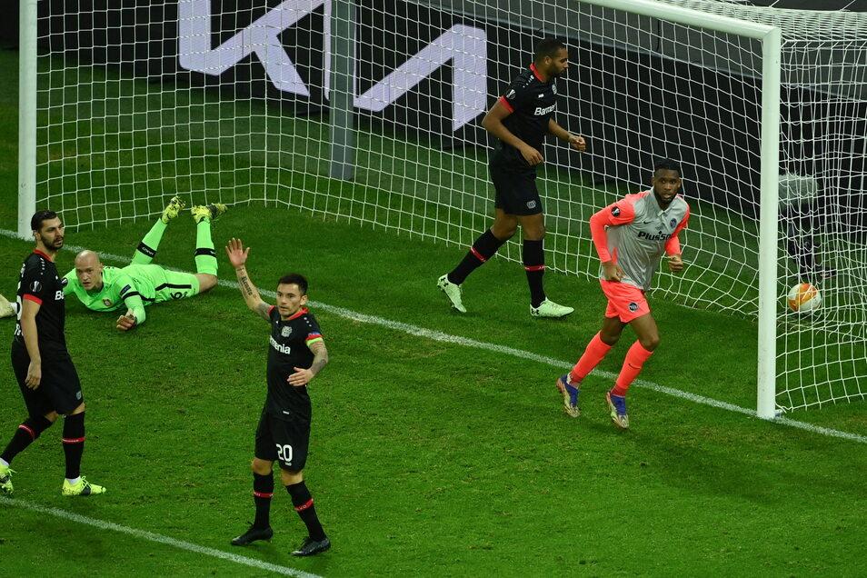 Young Boys' französischer Stürmer Theoson Jordan Siebatcheu (r) feiert den ersten Treffer seiner Mannschaft gegen Leverkusen.