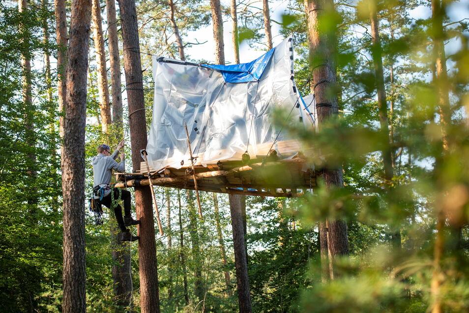 Mehrere junge Leute leben derzeit in einem Camp in der Lausnitzer Heide bei Würschnitz. Sie protestieren gegen die Erweiterung des Kiesabbaus in der Region.