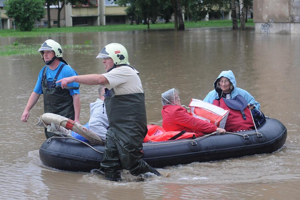In Zittau-Ost werden Bewohner mit Schlauchbooten evakuiert.