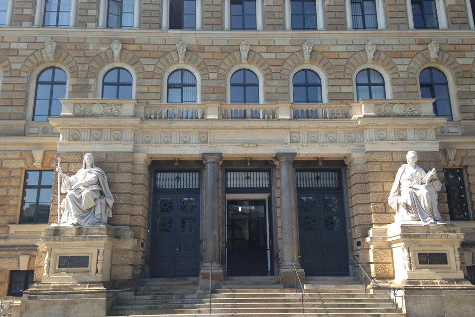 Blick auf den Eingang des Dresdner Landgerichts