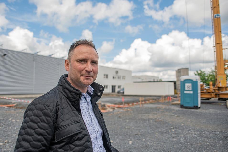 Betriebsleiter Marko Hultsch von der Autohaus Elitzsch GmbH in Kamenz steht auf dem Gelände der künftigen Halle. Zurzeit werden hier die Medien für eine moderne, vollautomatische Auto-Waschstrecke verlegt.