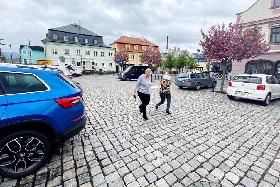 Freitagmittag stand auf dem Marktplatz in Hradek kein einziges Auto mit deutschem Kennzeichen. Auch sonst war der Grenzverkehr noch verhalten.
