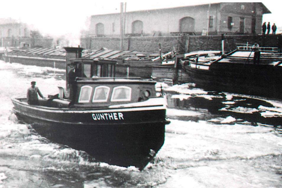 Der Bugsierdampfer 'Gunther' im Wintereinsatz. Das Schiff kam von 1940 bis 1965 zum Einsatz, um das Eis im Hafenbecken zu brechen.