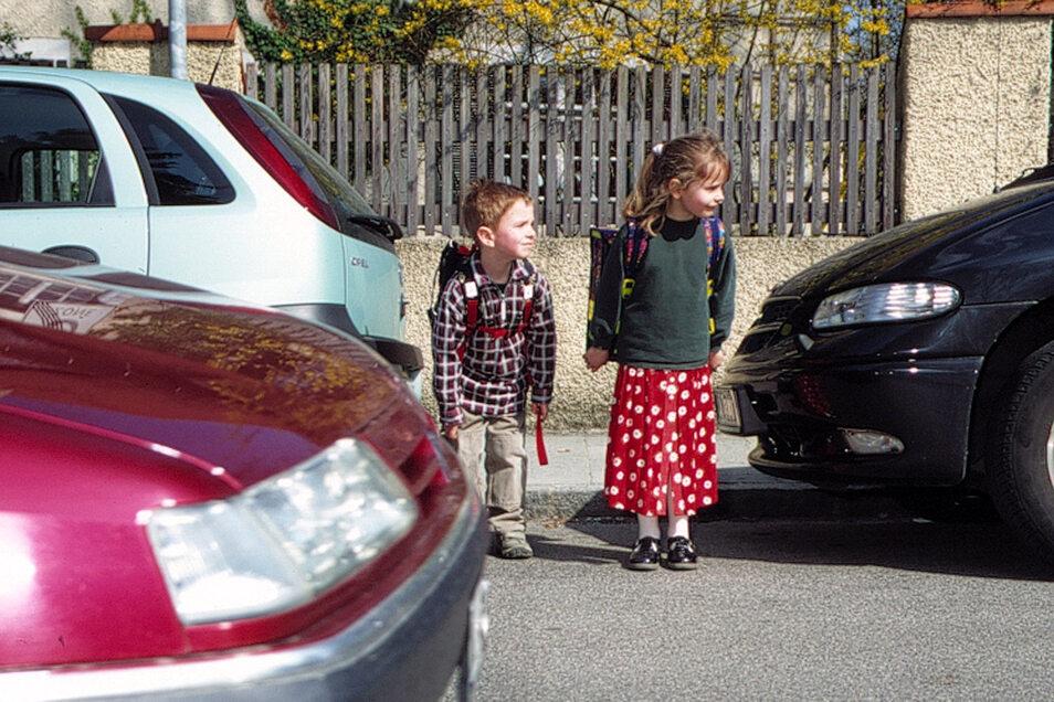 Wenn Kinder auf dem Schulweg viel befahrene Straßen überqueren müssen, sollte ein Schülerlotse vor Ort sein. In Kamenz fehlt es derzeit an der Pulsnitzer Straße an einem engagierten Verkehrshelfer. Die Stadt würde sich über Interesse freuen.
