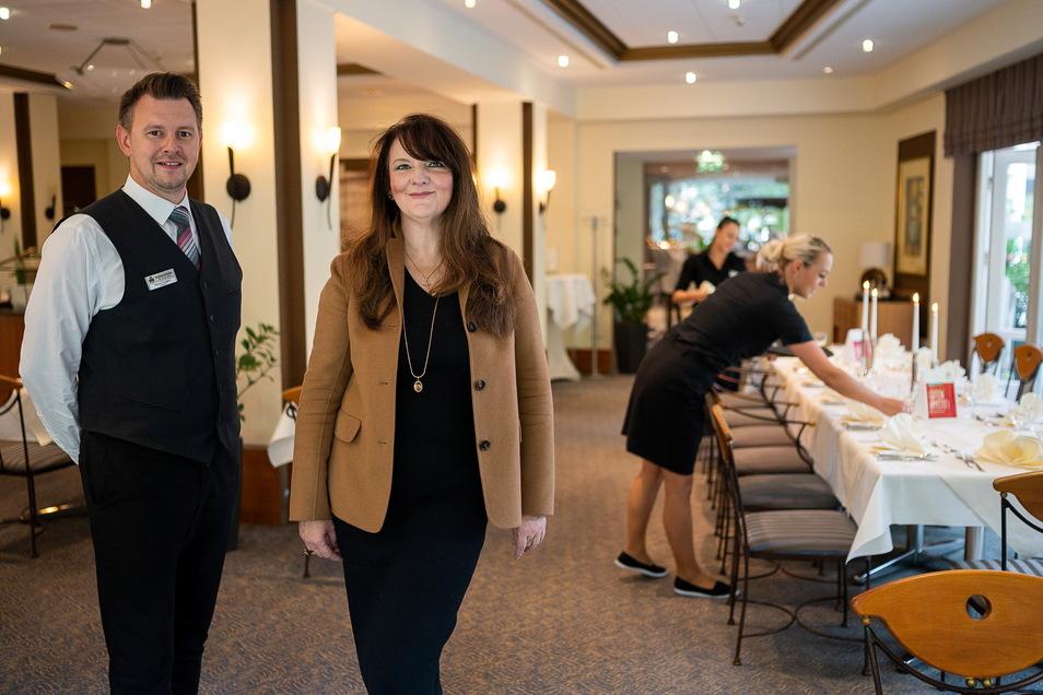 Freuen sich über ein voll belegtes Parkhotel: Frontoffice-Manager Steven Schmidt und Direktorin Daniela Schulze im Restaurant des Hotels.