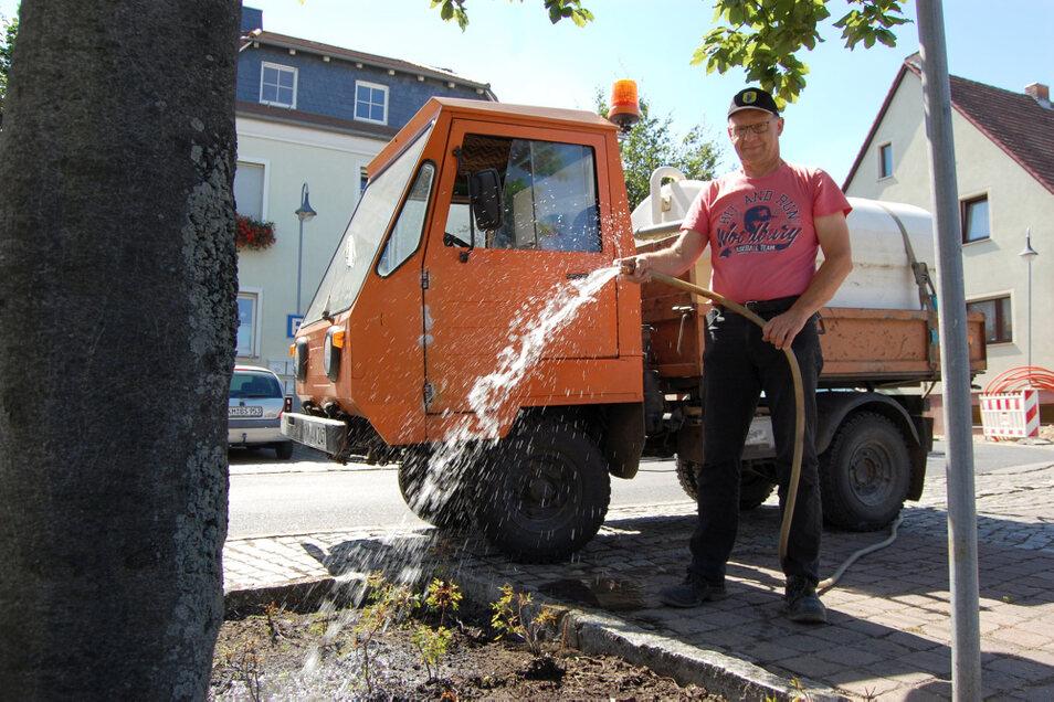 Michael Kockert ist der Chef des Wittichenauer Bauhofs. Dessen Mitarbeiter sind seit Wochen unter anderem auch damit beschäftigt, Grünanlagen und Bäumen das notwendige Wasser zukommen zu lassen.