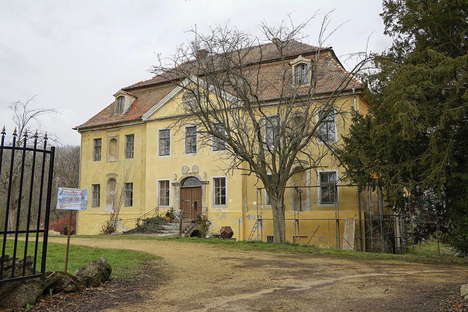 Obwohl die Portalseite des Radiborer Schlosses einen guten Eindruck macht, rechnen Schlossherr und Bürgermeister mit Sanierungskosten von bis zu zwei Millionen Euro für die alte Anlage.