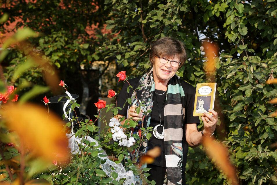 Die Riesaer Autorin Renate Preuß - hier im Sommer 2018 - macht in einem ihrer Bücher die Berichte ihres Großvaters zum Thema. Auch eine Postkarte über den 13. Februar kommt darin vor.