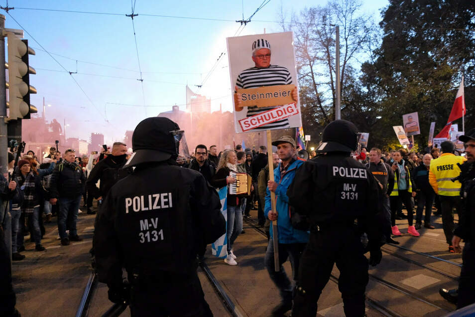 """Bereits am 7. November sah sich die Polizei in Leipzig mit Rechtsextremisten unter den """"Querdenken""""-Demonstranten konfrontiert."""