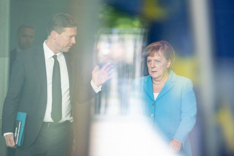 Bundeskanzlerin Angela Merkel (CDU) und ihr Regierungssprecher Steffen Seibert
