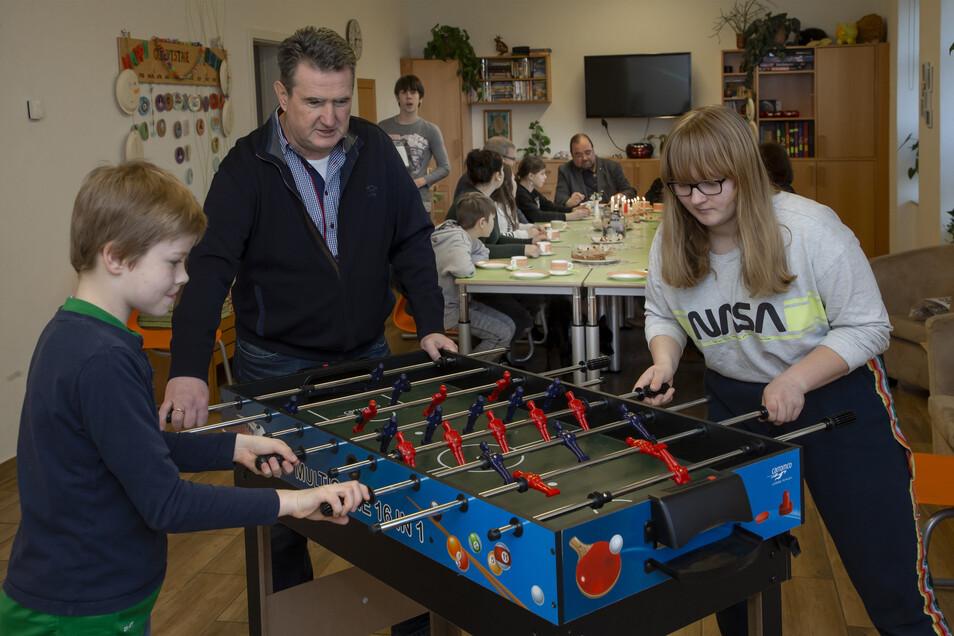 Nicht nur am Kicker ein Team: Niklas (10), Steffen Hartig vom Lions-Club Freital und Emely (14) freuen sich über eine wichtige Finanzspritze.