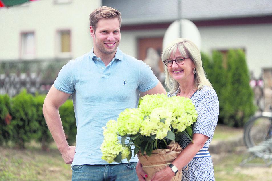 Andrea Dombois hat gut lachen. Mit Bob-Pilot Nico Walther hat sie einen Prominenten für die CDU geworben. Beide kennen sich schon lange und wollen für die Partei in den Sächsischen Landtag. Im Sommer trafen sie sich beim 60. Geburtstag der Abgeordneten in