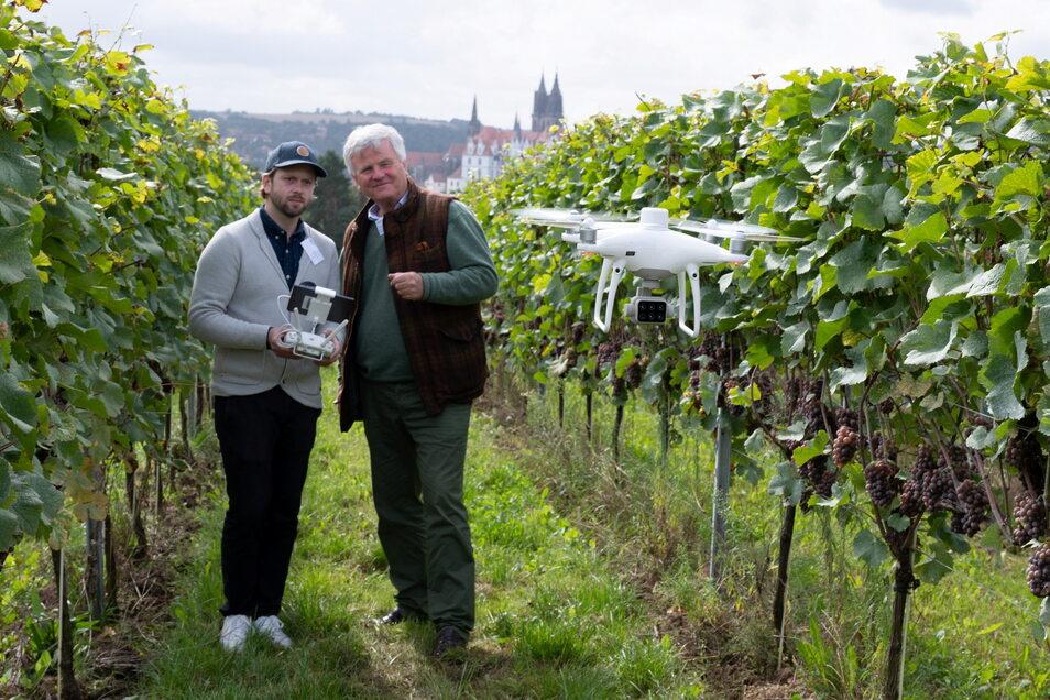Martin Schieck (l.), Mitarbeiter der Universität Leipzig, und Georg Prinz zur Lippe steuern anlässlich der Mitteldeutschen Digitaltage im Wein- und Obstbau eine Drohne über den Proschwitzer Weinberg.