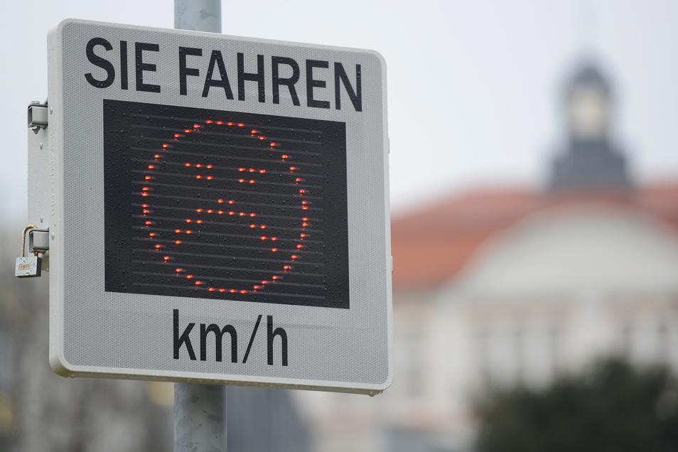 Sie erinnern Kraftfahrer daran, den Fuß vom Gas zu nehmen, die vielerorts angebrachten Smileys am Straßenrand.