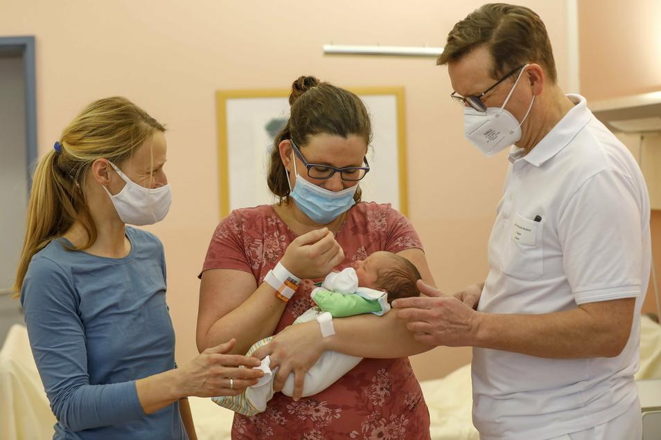 Lino heißt das erste Baby 2021 am Klinikum-Standort in Ebersbach: Mutter Franziska Freiberg freut sich mit Hebamme Anne Goldberg und dem Chefarzt der Ebersbacher Frauenklinik, Jacek Glajzer.