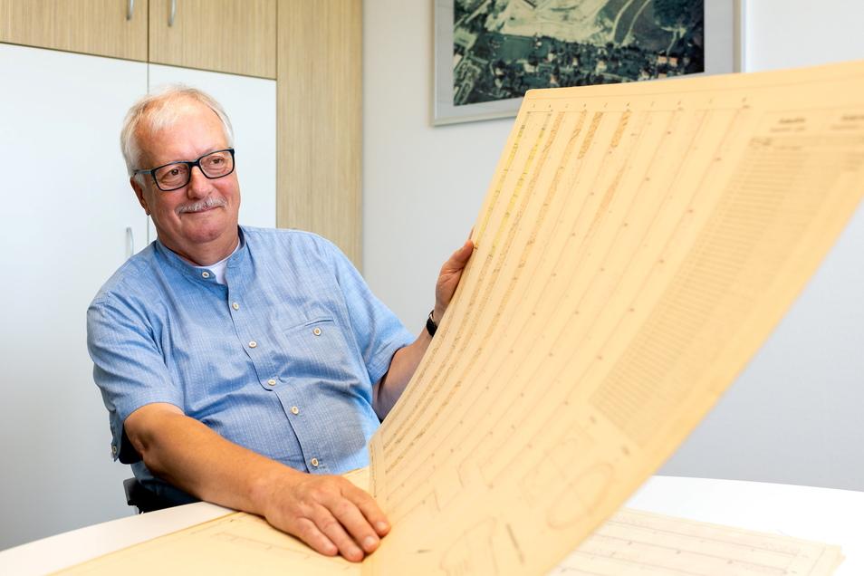 Carsten Wedekind, Bereichsleiter bei der Wismut GmbH, zeigt alte Grubenrisse vom Döhlener Becken und vom Bannewitzer Bergbaurevier.