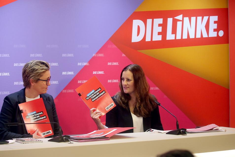 Susanne Hennig-Wellsow (l) und Janine Wissler, beide Vorsitzende der Linken, stellen einen Entwurf des Wahlprogramms vor. Die Frage nach den Spitzenkandidaten ist noch nicht entscheiden.