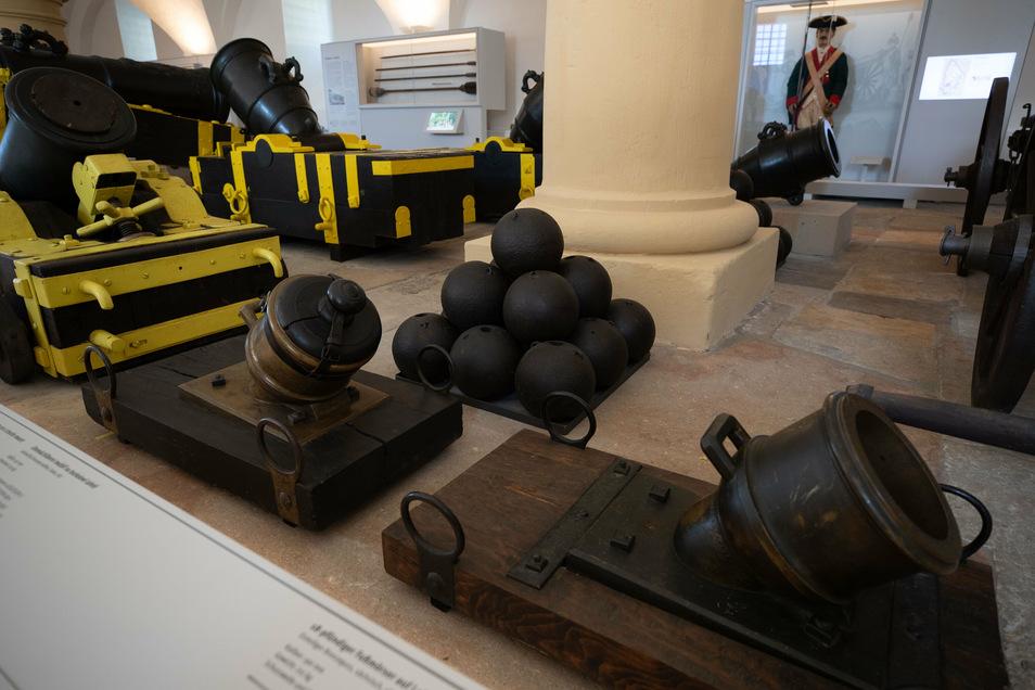 """Mörser und Kugelpyramiden sind Teil der neuen Ausstellung """"Das Alte Zeughaus und die Artillerie der Festung Königstein"""", die am 1. August eröffnet wird."""