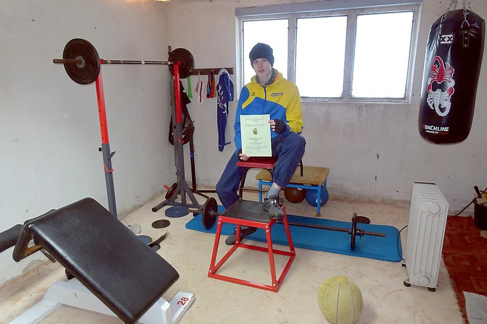 Als Landeskader hat Luca Sommer vom 1. SVLA Hoyerswerda das Privileg, einmal pro Woche kostenpflichtig am Bundesstützpunkt in Cottbus zu trainieren. Für die restlichen Trainingseinheiten hat Vater Alexander Sommer eine alte Garage zum Kraftraum umgebaut