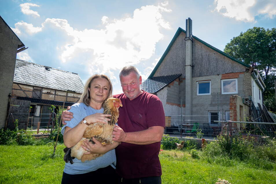 Nicht nur Susanne Dick und Jochen Mismahl fühlen sich auf dem Grundstück wohl, sondern auch die Tiere. Zu ihnen gehören neben Heidschnucken auch Hühner.