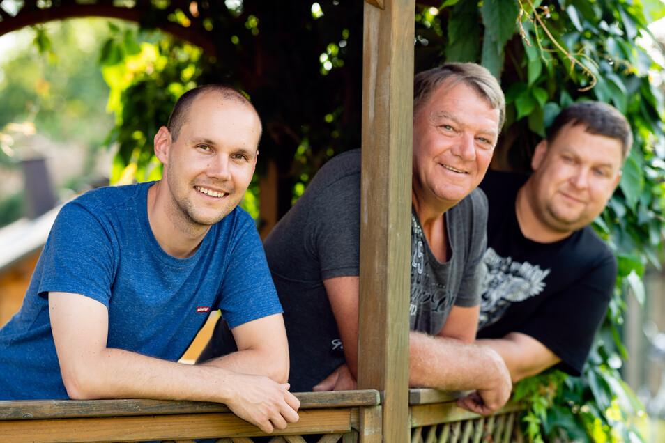 Lars Merker, Carsten Schmidt und Marcel Burkhardt (v. l.) sind nur drei der zahlreichen Weifaer, die mit viel Aufwand fantasiereiches Programm für ihr Dorffest auf die Beine stellen.
