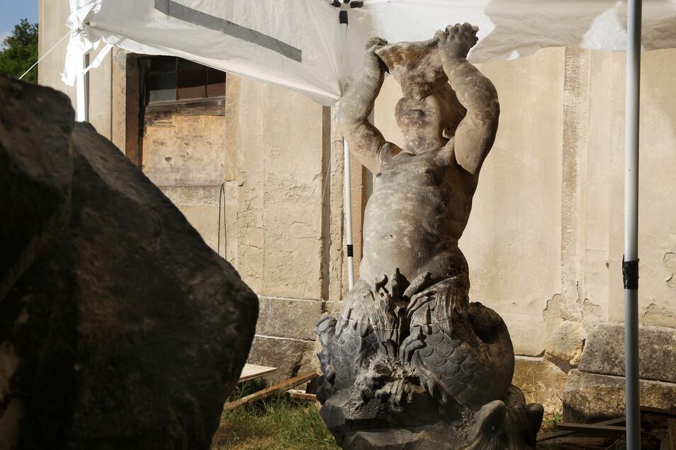 Ein Duplikat hingegen sind die Brunnenfiguren vor Ort in Tiefenau, die derzeit saniert werden. Jede Figur hat eine individuelle Körperpose.