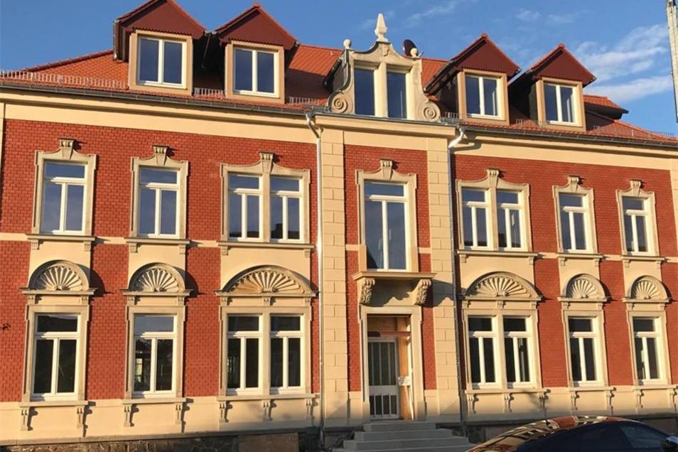 In der Weßnitzer Straße 3, einer ehemaligen Schule von etwa 1870, entstehen exklusive Wohnungen. Die Fassade ist fast fertig. Eigentümer Matthias Kurrey ließ die Schmuckgaube auf dem Dach restaurieren, der sandsteinerne, muschelartige Schmuck über den Erdgeschoss-Fenstern sticht wieder hervor wie bald der Herrenbalkon überm Eingang. Prächtig ist auch der Obelisk am Dachgeschoss.