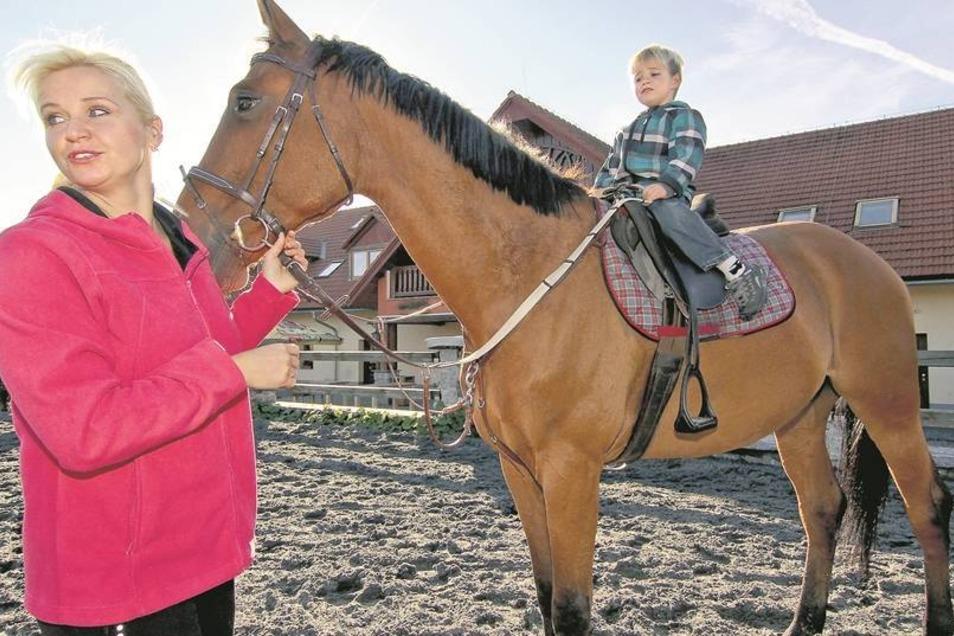 Das Glück der Erde – für Václava Jarošová liegt es wirklich auf dem Rücken der Pferde. Seit neun Jahren leitet die Tschechin eine Pferdefarm und bringt Kindern auch das Reiten bei. Fotos: Jan Skvara