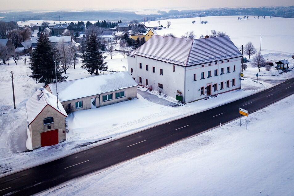 Das frühere Jugendhaus in Naundorf (rechts) ist ungenutzt. Das trifft auch bald auf das Dorfgemeinschaftshaus (Mitte) und das Feuerwehrdepot zu.