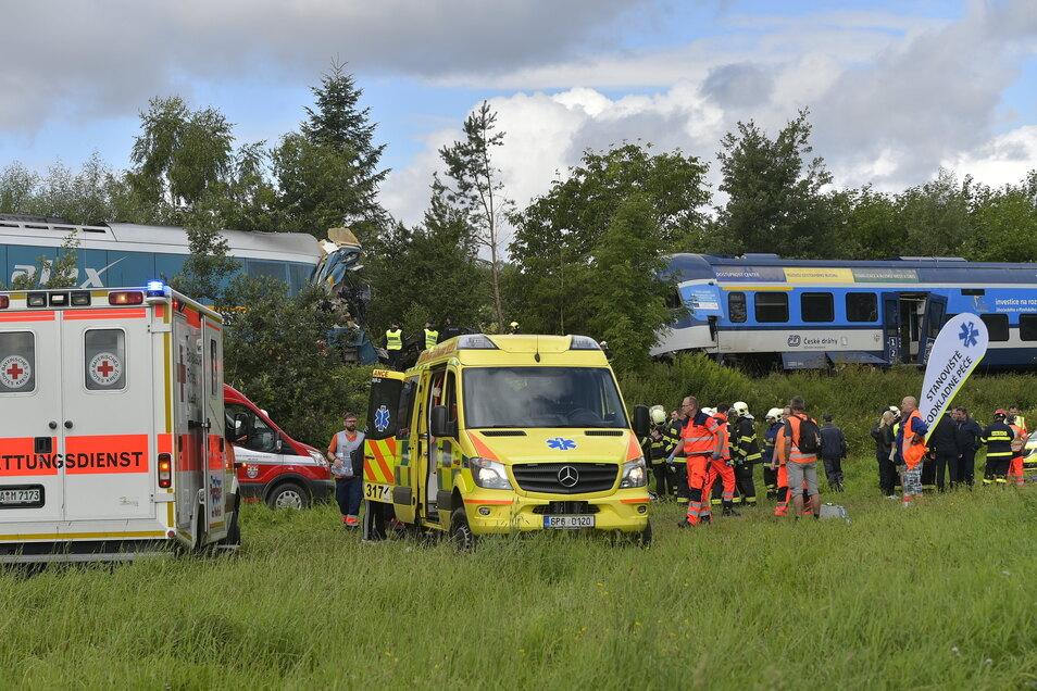 Zahlreiche Rettungskräfte sind im Einsatz.