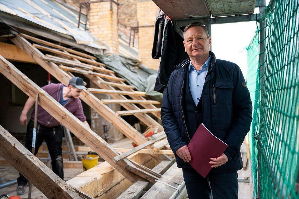 Jens Hoffmann von der gleichnamigen Görlitzer Immobilienverwaltung schaut sich auf der Baustelle Obermarkt 33 um.