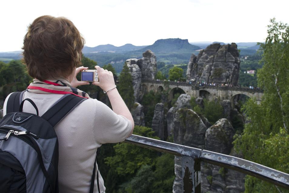 An der Basteibrücke in der Sächsischen Schweiz herrscht das ganze Jahr über Hochbetrieb. Anderswo gingen die Besucherzahlen leicht zurück.