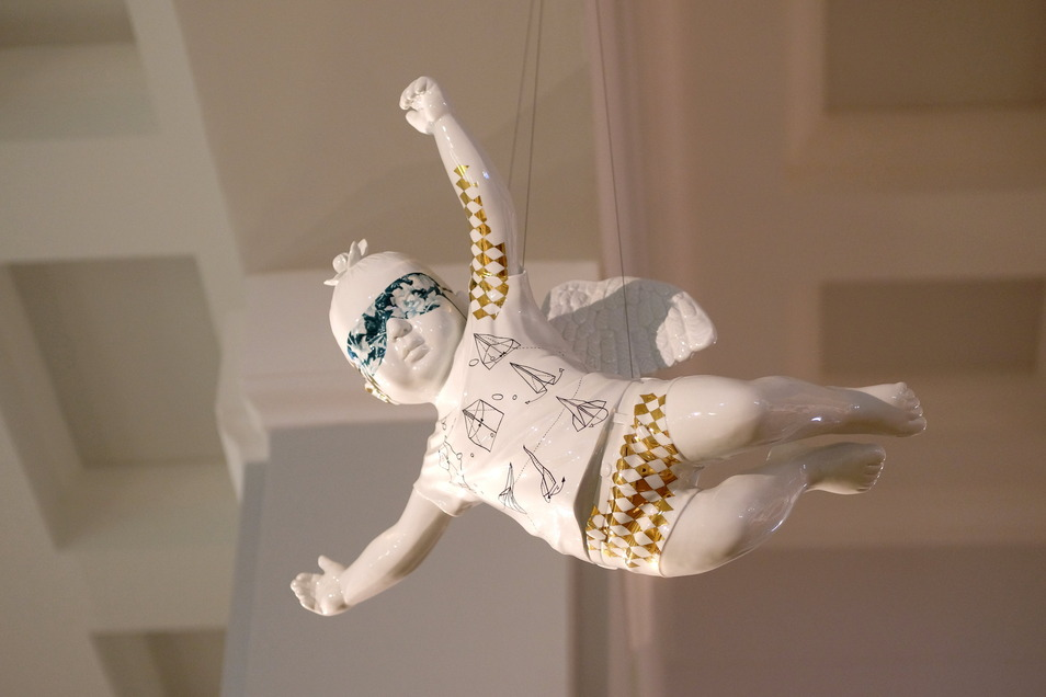 Sachsen weltoffen: Da fliegt er hin der Engel oder Putto des indischen Künstlerduos Thukral & Tagra in der neuen Meissener Jahresschau.