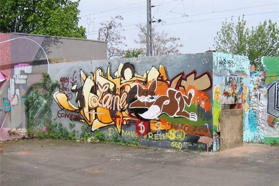 Es ist fast nicht zu glauben: Hinter diesem Verschlag, der ebenso wie alle Mauern am Alberttreff mit Graffiti verziert worden war, schlummerte das Denkmal friedlich 20 Jahre lang.