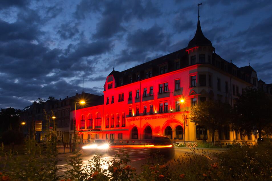 Der Kaiserhof Radeberg in der Nacht zum Dienstag: Er beteiligte sich bei der Aktion Lights of Night, bei der auf die schwierige Situation von Künstlern aufmerksam gemacht wurde.