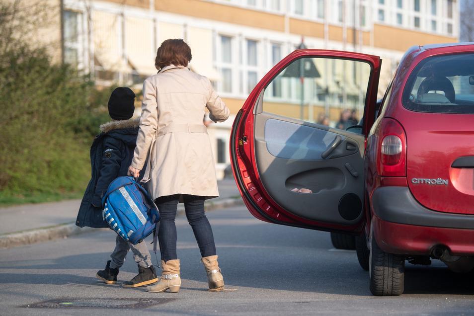 Nur mal schnell im Kreuzungsbereich parken, um das Kind rauszulassen? Keine Seltenheit vor Sachsens Schulen.