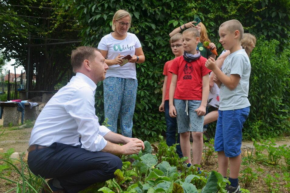 Im Schulgarten packte der CDU-Mann mit an.