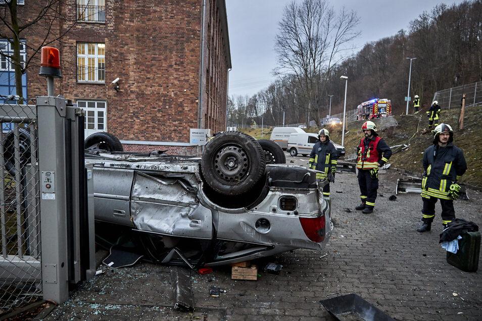Die Feuerwehr von Heidenau sicherte das Fahrzeug und nahm ausgelaufene Flüssigkeiten auf.