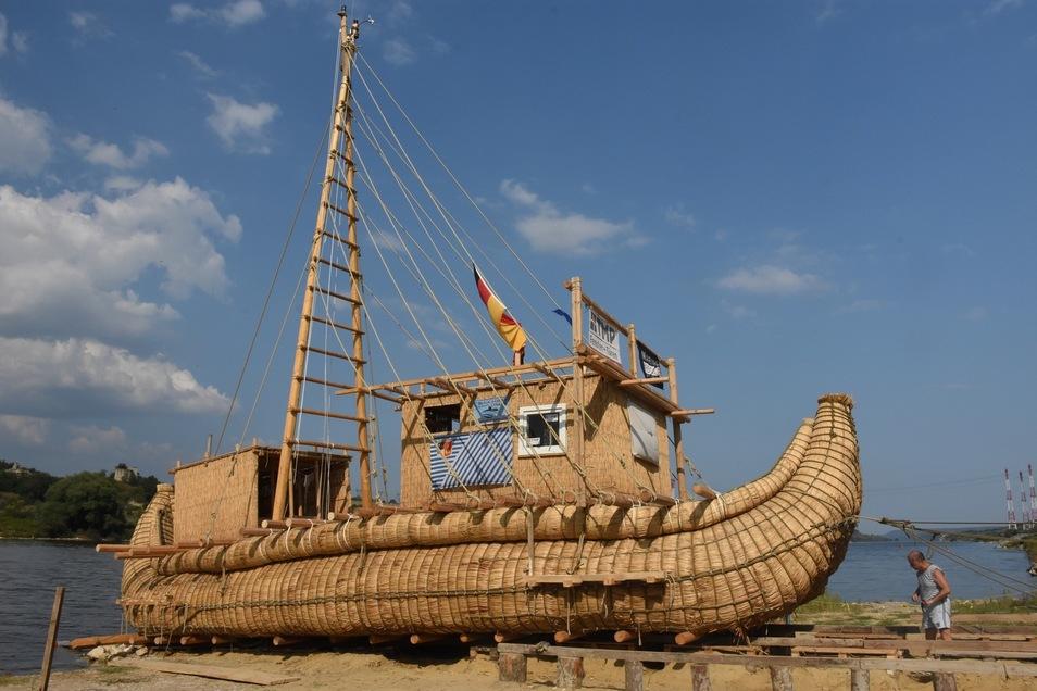 Auf Holzrollen ins Schwarze Meer. Der Stapellauf für die Abora IV bei Warna ist geglückt. Jetzt bleiben noch zehn Tage.