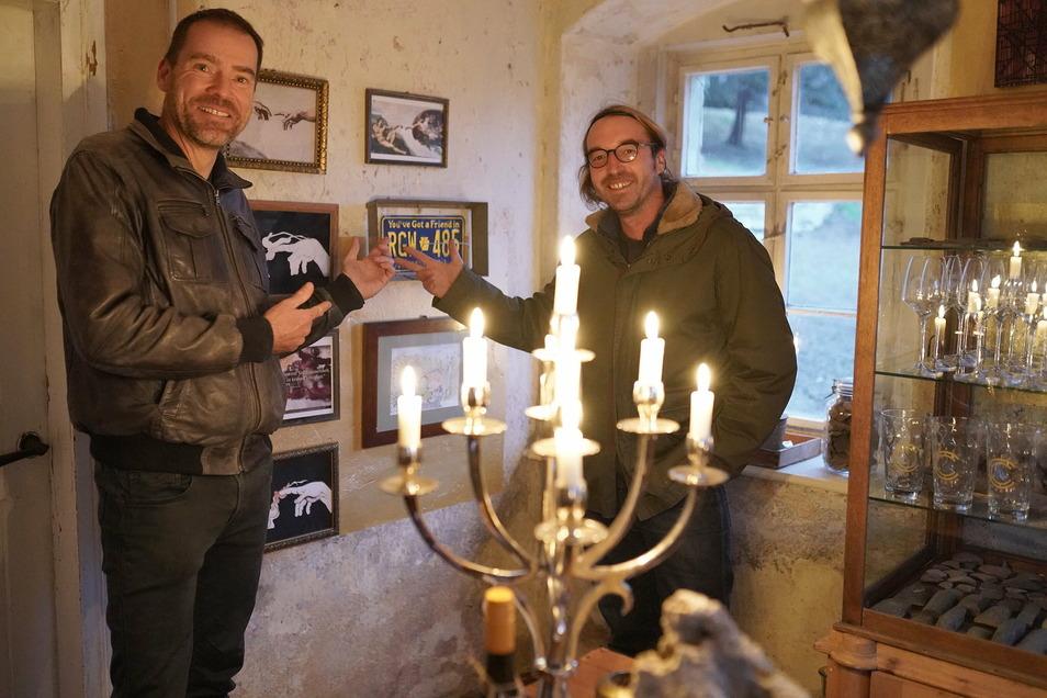 Martin Biedermann (rechts) und Dirk Dobiéy von der Cambium Compagnie präsentieren den ersten Raum im Haus Nummer Elf in Mauna, das sie zur Weinklause mit Lustweingarten umbauen. Foto: Uta Büttner