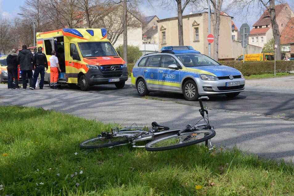 Rettungsdienst und Polizei untersuchen den Unfallort.