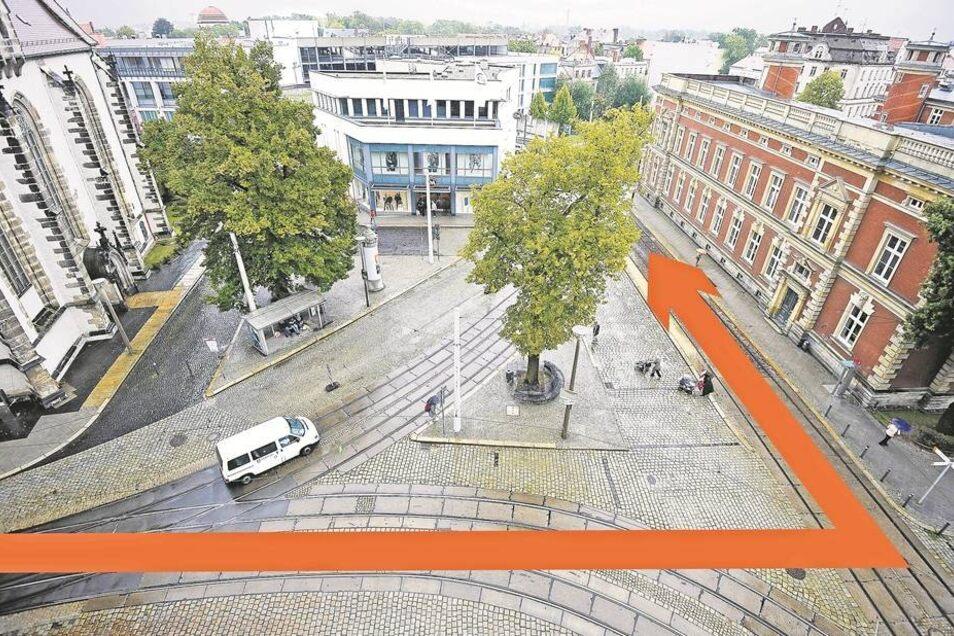 """Noch fahren Autos diagonal über den Platz zwischen Frauenkirche und Post. Künftig wird man das von Planern """"Kirchplatz"""" genannte Areal umrunden müssen, wie es der Pfeil schon einmal andeutet. Das freie Geviert steht dann für Veranstaltungen zur Verfügung."""