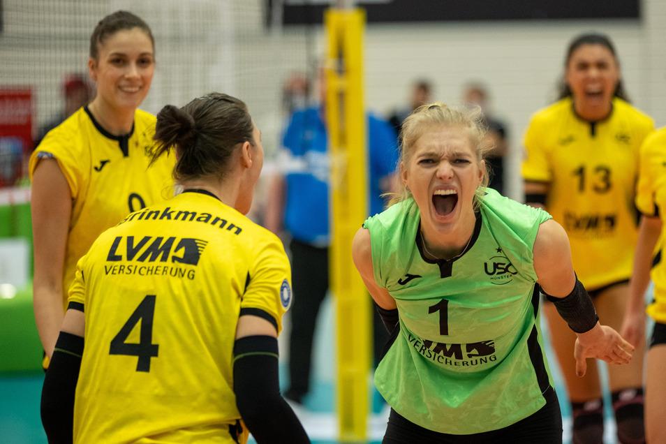 Linda Bock (r.) spielt mindestens für die kommenden zwei Jahre beim Dresdner SC.