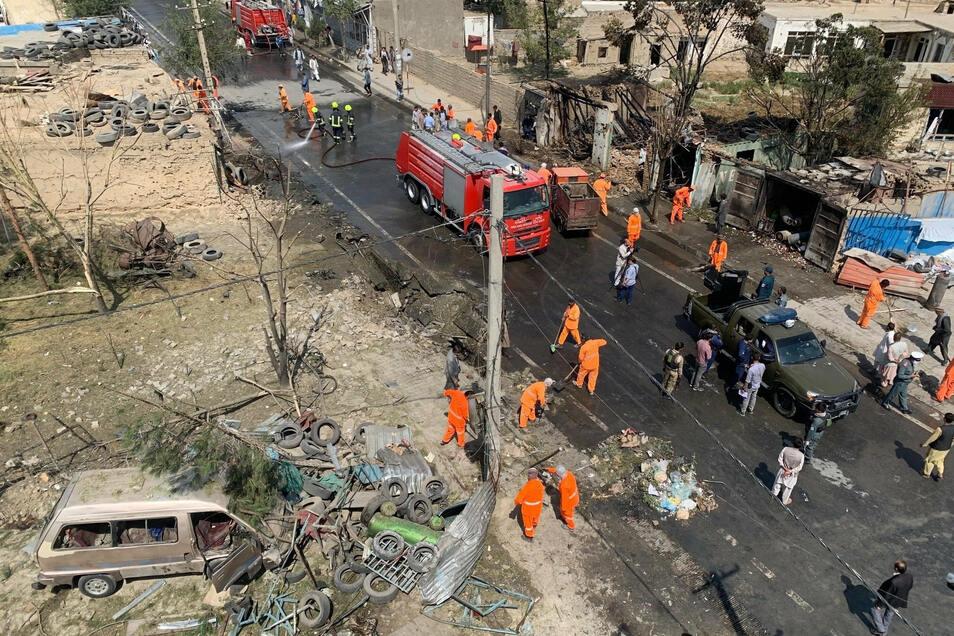 Afghanische Sicherheitskräfte und Mitarbeiter der Stadtverwaltung am Ort der Explosion in Kabul.