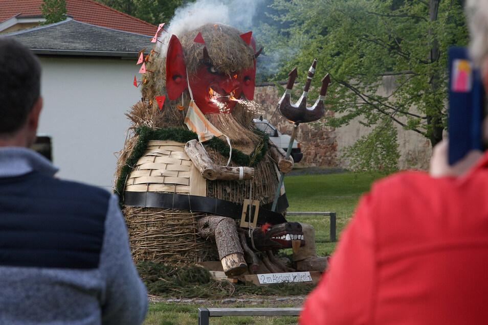"""Die Teufelsfigur """"Coronus I"""" wurde in Graupa verbrannt. Sie nahm die Stelle der Stroh-Hexe ein, die ansonsten in der Walpurgisnacht angezündet wird."""